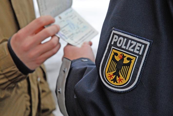 Die Rosenheimer Bundespolizei hat auf der A93 einen ukrainischen Staatsangehörigen festgenommen, der sich mit rumänischen Papieren ausgewiesen hatte.