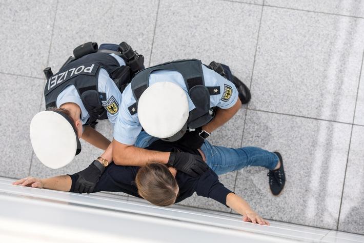 Immer wieder gehen der Bundespolizei am Münchner Flughafen auch international gesuchte Personen, wie der gestern festgenommene russische Hooligan, ins Netz. Das anhängende Bild kann mit dem Zusatz