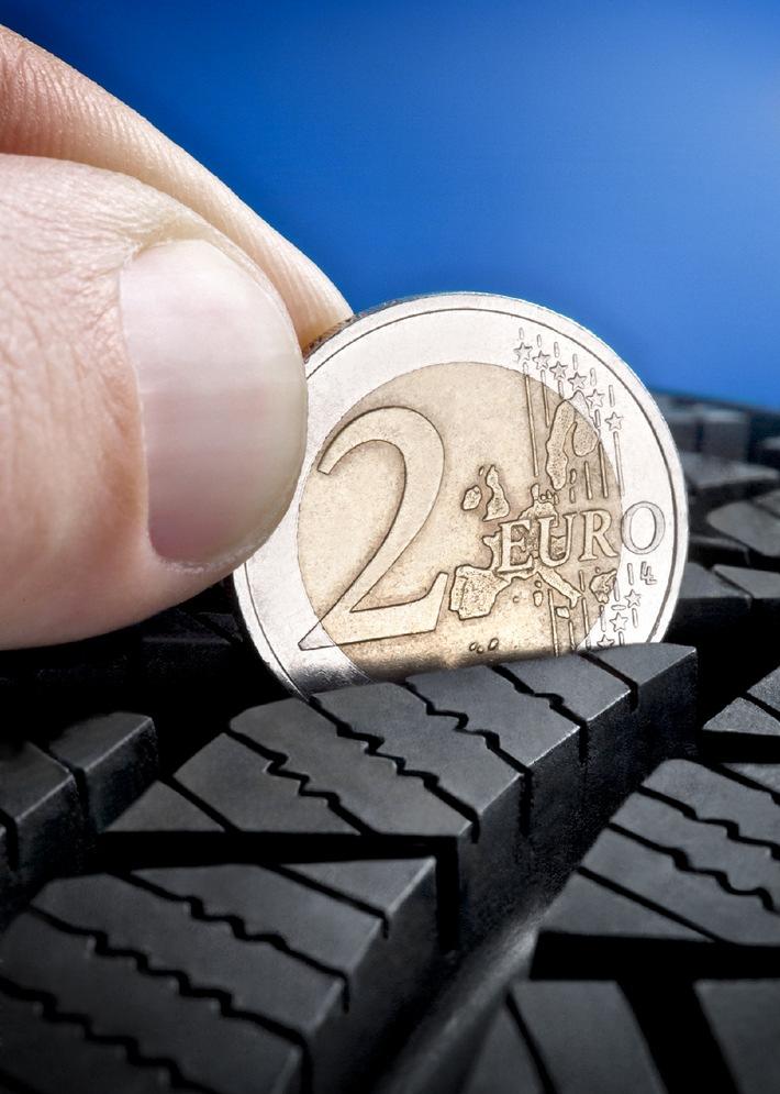 """Der Test mit einer einfachen Zwei-Euro-Münze bringt es an den Tag: Nur wenn der vier Millimeter breite silbrige Münzrand vollständig in der Profilrille versinkt, kann er seine volle Bremskraft entfalten. Die Verwendung dieses Bildes ist für redaktionelle Zwecke honorarfrei. Veröffentlichung bitte unter Quellenangabe: """"obs/Vergölst GmbH"""""""