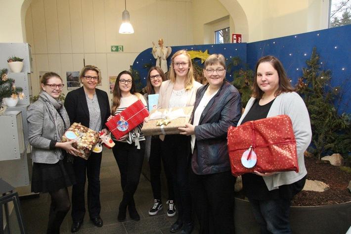Bildunterschrift: Die Azubis der Westfälischen Provinzial Versicherung haben die Geschenke der Aktion Wunschweihnachtsbaum an das Kinder- und Jugendheim Vinzenzwerk übergeben.