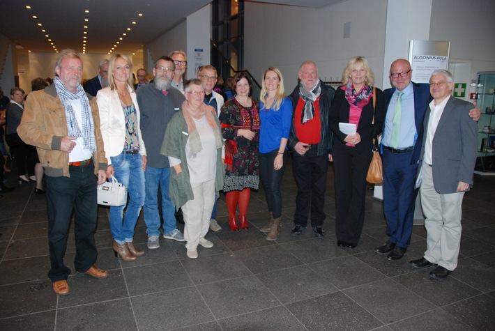 Das Foto zeigt Manfred Laros und Polizeipräsident Lothar Schömann mit Künstlerinnen und Künstlern der Ausstellung (von rechts).