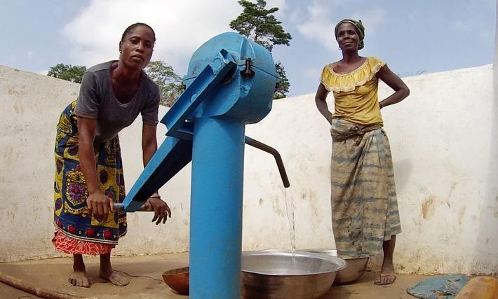Elfenbeinküste - Frauen an der Pumpe im Dorf Dantomba / Global Nature Fund