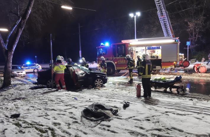 FW-GE: Verkehrsunfall mit eingeklemmter Person