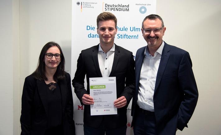Niederlassungsleiter Thomas Vögel (re.) und Personalreferentin Evelyn Hagel vom FERCHAU-Standort Ulm gratulieren dem Stipendiaten Hans Werner.