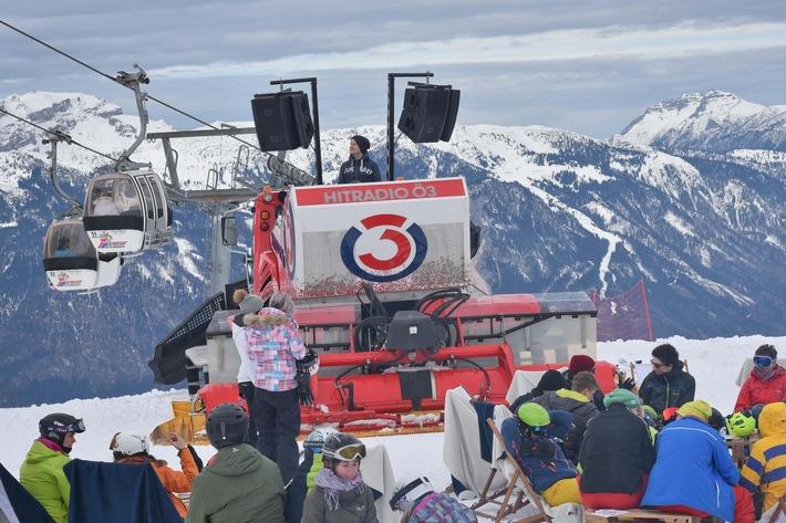 BILD zu TP/OTS - Wenn am 7. Jänner der Ö3 PistenBully im Ski Juwel Alpbachtal Wildschönau halt macht wird die Skipiste zur Partymeile. Bereits zum zweiten Mal sorgt die Disco auf zwei Schneeketten für ausgelassene Stimmung im Alpbachtal.