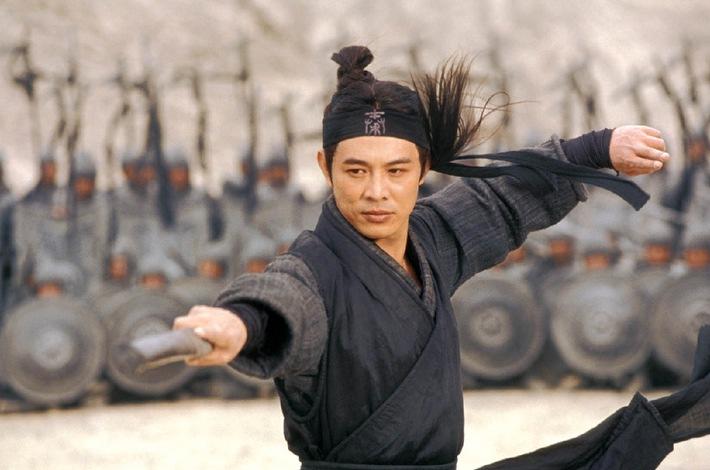 """Kampfkunst in poetischen Bildern: """"Hero"""" auf ProSieben Ein namenloser Killer (Jet Li) kommt an den Hof des gefürchteten Königs von Qin (Daoming Chen), um die Belohnung für die Ermordung dreier gefährlicher Attentäter zu kassieren, die es auf das Leben des machthungrigen Tyrannen abgesehen hatten ... ProSieben zeigt das Abenteuerepos """"Hero - Director's Cut"""" am Sonntag, den 26. Februar 2006, um 20.15 Uhr als Free-TV-Premiere im HDTV-Format. Fotomotiv: Jet Li Die Fotos dürfen nur bis 28. Februar 2006 honorarfrei für redaktionelle Zwecke, im Rahmen einer Programmankündigung  und nur mit Copyrightvermerk verwendet werden. Nicht für Online. Spätere Veröffentlichungen sind nur nach Rücksprache und ausdrücklicher Genehmigung der ProSieben Television GmbH möglich. Die Fotos dürfen nicht an Dritte weitergeleitet werden.  Bei Rückfragen wenden Sie sich bitte an: 089/9507-1584. © Constantin Film"""