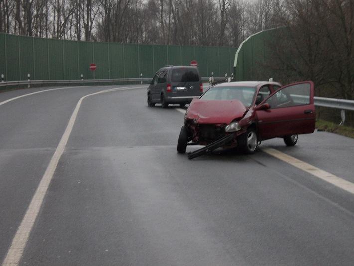POL-CUX: Auf regennasser Fahrbahn gegen entgegenkommenden Pkw geschleudert - Vier Verletzte