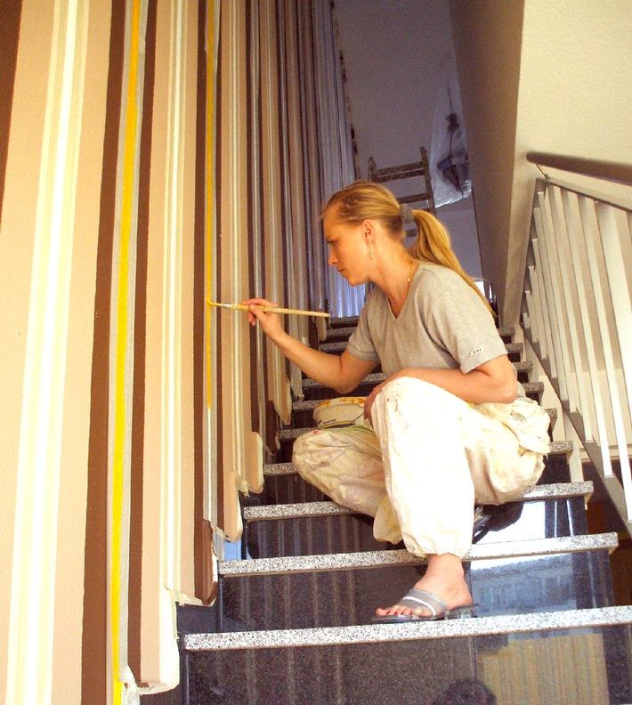 """Neuss, den 6. Juni 2007 - Jobmaschine mit Zukunft - immer mehr Frauen nutzen My-Hammer.de als Karrieresprungbrett. Auch Kunstmalerin Izabela Cygan aus Pulheim bei Köln hat My-Hammer für sich entdeckt. Die Selbstständige nutzt das Portal fast täglich, um neue Aufträge in den Bereichen Deckenmalerei, Airbrush-Arbeiten sowie Illusionsmalereien zu finden. Die Verwendung dieses Bildes ist für redaktionelle Zwecke honorarfrei. Abdruck bitte unter Quellenangabe: """"obs/MY-HAMMER AG"""""""
