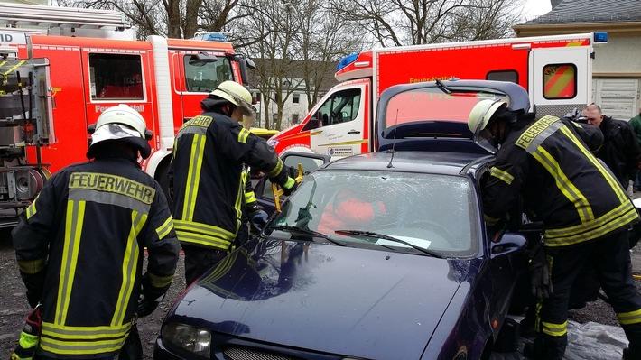Aktionstag 2016. Übung: Rettung und Bergung aus einem Unfallfahrzeug durch die Feuerwehr Remscheid. Foto: Achim Kaspari, Polizei Remscheid