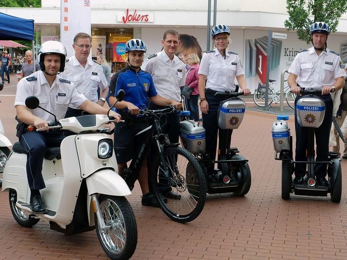 Polizeipräsident Bernd Paul (2. v.l.) und Polizeidirektor Marc Göbel (4.v.l.) und Mitarbeiter des Polizeipräsidiums auf den Elektrofahrzeugen