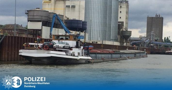 In dieses Schiff im Weseler Hafen ist heute Wasser eingedrungen. Foto: WSP Wesel