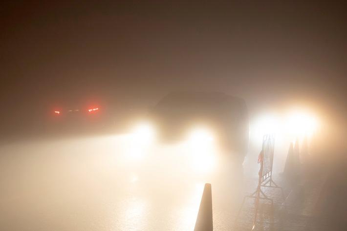 """Extremer """"Böller-Nebel"""" kann sich bei Windstille in der Silvesternacht innerhalb von Minuten bilden. Autofahren ist bei solch widrigen Sichtverhältnissen nur noch in Schrittgeschwindigkeit möglich. Quelle: WetterOnline / Shutterstock (bei Verwendung unbedingt angeben). Die Verwendung des Bildes ist ausschließlich im Zusammenhang mit dieser Pressemitteilung gestattet! Weiterer Text über ots und www.presseportal.de/nr/12322"""