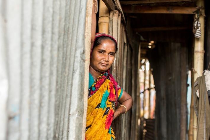 """Bangladesch: Nachdem vom Klimawandel verstärkte Hochwasser ihr Haus überflutet hatten, floh Nargis Begum mit ihrer Familie vom Land in die Slums von Dhaka. Weiterer Text über ots und www.presseportal.ch/de/nr/100000088 / Die Verwendung dieses Bildes ist für redaktionelle Zwecke honorarfrei. Veröffentlichung bitte unter Quellenangabe: """"obs/Caritas Schweiz / Caritas Suisse/Alexandra Wey"""""""