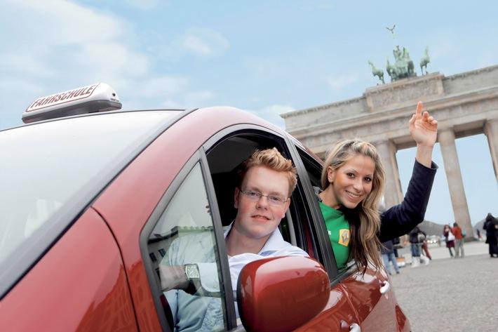 """Der Wettbewerb startet in diesem Jahr bereits zum vierten Mal. Wieder mit dabei: VIVA-Moderatorin Gülcan Karahanci, die die Aktion als prominente Patin unterstützt. Unter www.safetystars.de können sich Führerschein-Neulinge noch bis zum 18. Juni 2006 bewerben. Weitere Informationen unter: www.safetystars.de Foto: Renault Nissan Deutschland AG PRW 02-2006-03 Die Verwendung dieses Bildes ist für redaktionelle Zwecke honorarfrei. Abdruck bitte unter Quellenangabe: """"obs/Renault Nissan Deutschland AG"""""""