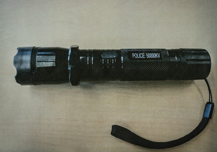 Als Taschenlampe getarnt: Dieser Elektroschocker ist in Deutschland verboten.