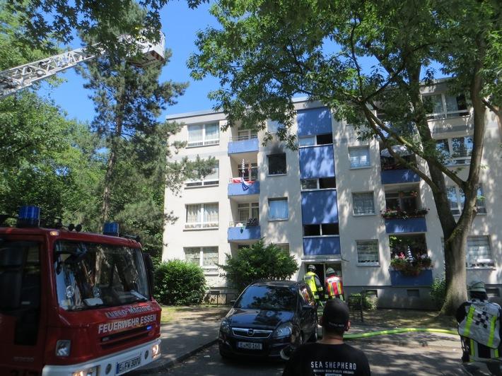 """Brandbekämpfung im Innenangriff durch den Hausflur, Drehleiter in sog. """"Anleiterbereitschaft"""""""