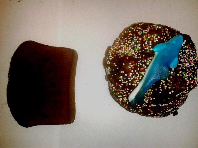 sichergestelltes Stück Hasch- Kuchen und sichergestelltes Hasch- Muffin; Foto: Bundespolizei