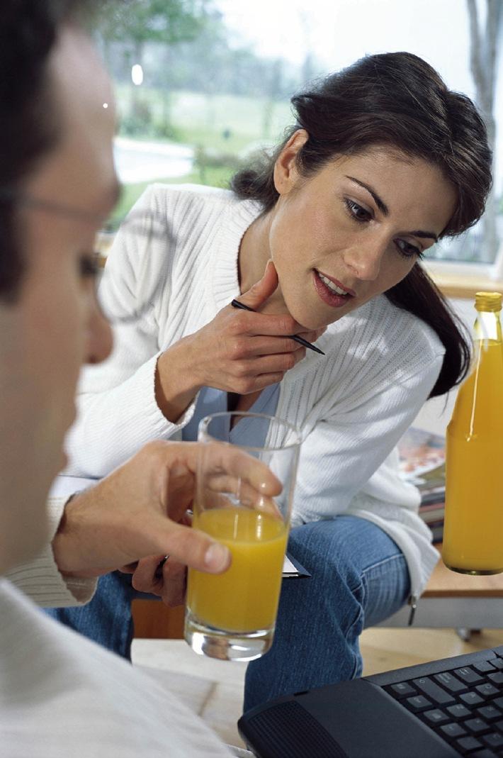 """""""Juice at work!"""" Fruchtsafttrinken ist angesagt. Täglich eine Flasche Frucht- oder Gemüsesaft am Arbeitsplatz liefert Vitamine, Mineralstoffe und Sekundäre Pflanzenstoffe, mit denen man körperlich fit bleibt und auch im größten Stress einen klaren Kopf behält. Die Verwendung dieses Bildes ist für redaktionelle Zwecke honorarfrei. Abdruck bitte unter Quellenangabe: """"obs/VdF """""""