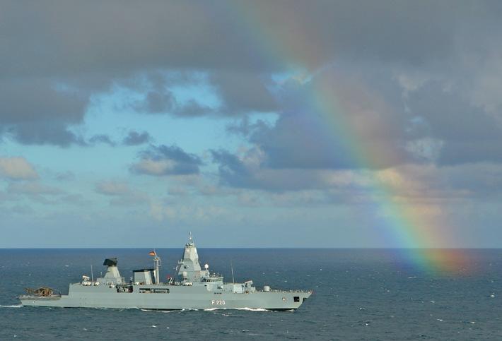 Luftbild der Fregatte HAMBURG mit Regenbogen während der Übung GOOD HOPE III vor der südafrikanischen Küste .