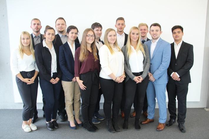 13 junge Menschen starten bei der Mannheimer ins Berufsleben
