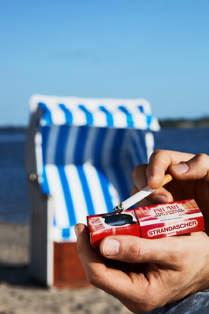 """Der Strandascher von PALL MALL im Einsatz - Aktion """"Sauberer Strand"""". Die Verwendung dieses Bildes ist für redaktionelle Zwecke honorarfrei. Veröffentlichung bitte unter Quellenangabe: """"obs/BAT British American Tobacco Germany"""""""