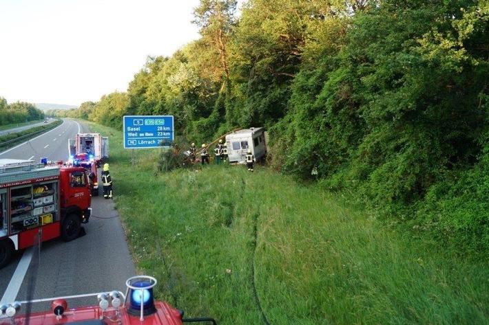 POL-FR: Neuenburg: Schwerer Unfall auf der A5 - Autobahn gesperrt, Rettungshubschrauber im Einsatz