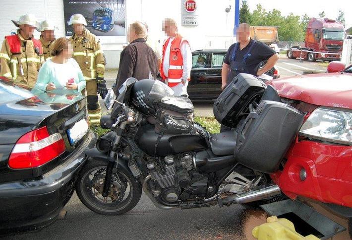 Der rote Pkw wurde durch die Wucht des Aufpralls auf das Motorrad geschoben - das dadurch seinerseits gegen den Wagen davor gedrückt wurde.