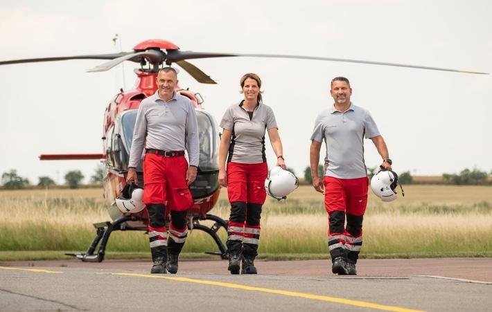 """Tag der Luftretter 2021: DRF Luftrettung startet Online-Aufruf zum Aktionstag / Am 19. März rückt die DRF Luftrettung die tägliche Arbeit aller Luftretterinnen und Luftretter einen Tag lang in den Fokus. Ausschließlich zur redaktionellen Verwendung unter Angabe der Quelle """"DRF Luftrettung"""". Luftrettung, Rettung, Hubschrauber, Notfall, Einsatz, Notarzt, Rettungsflug, Notruf, Pilot, H145, Notfallsanitäter, Rettungsdienst, #wirhubschraubern, Tag der Luftretter, Hubschrauberbesatzung. / Weiterer Text über ots und www.presseportal.de/nr/60539 / Die Verwendung dieses Bildes ist für redaktionelle Zwecke unter Beachtung ggf. genannter Nutzungsbedingungen honorarfrei. Veröffentlichung bitte mit Bildrechte-Hinweis."""