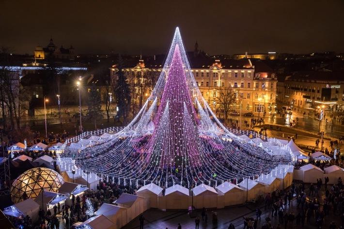 """Der Weihnachtsmarkt auf dem Kathedralenplatz in Vilnius. Weiterer Text über ots und www.presseportal.de/nr/133142 / Die Verwendung dieses Bildes ist für redaktionelle Zwecke honorarfrei. Veröffentlichung bitte unter Quellenangabe: """"obs/Go Vilnius/Go Vilnius/S.Ziura"""""""