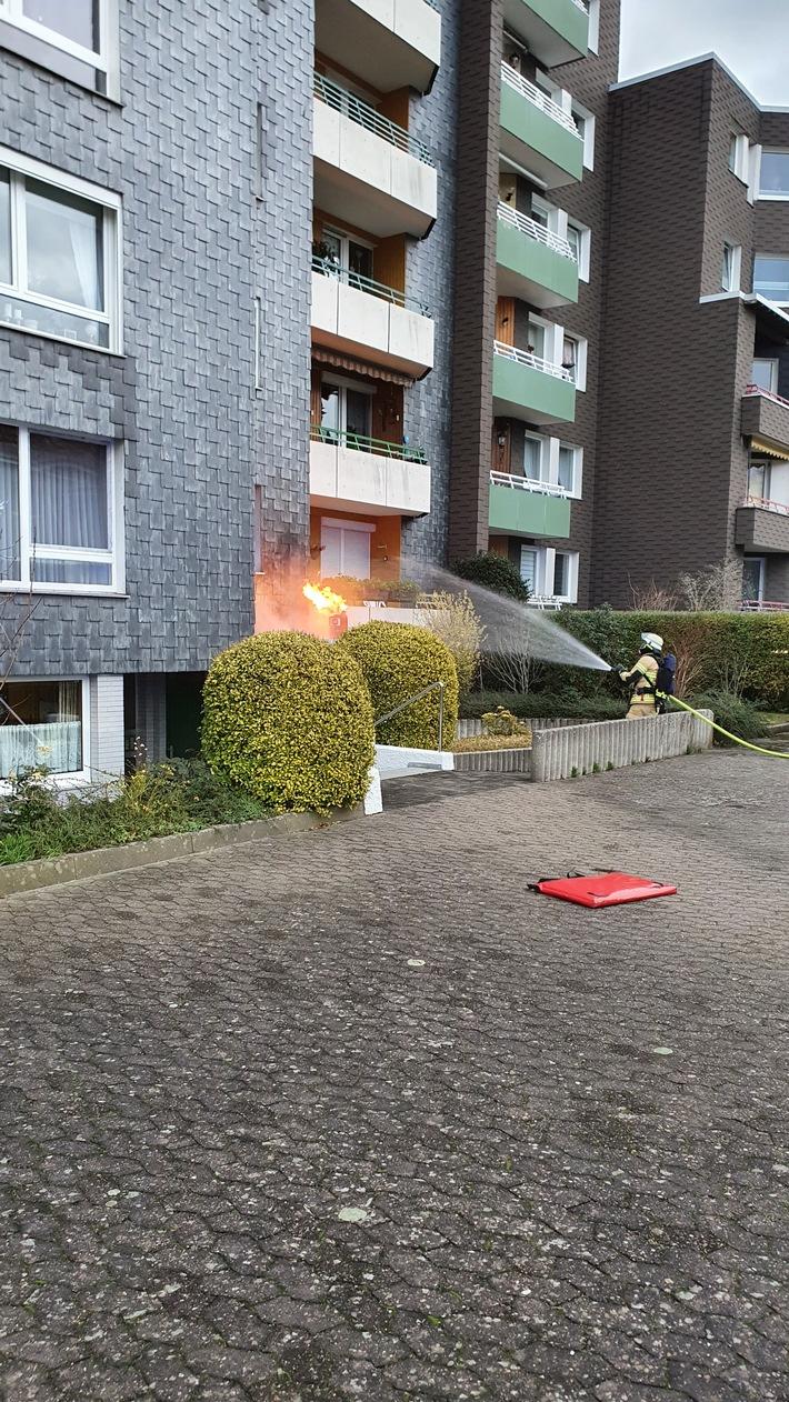 FW Bremerhaven: Brennende Gasflasche auf einem Vordach