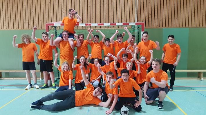 Großer Jubel nach dem Turniersieg bei der Jugendfeuerwehr (Foto: Feuerwehr Heiligenhaus)