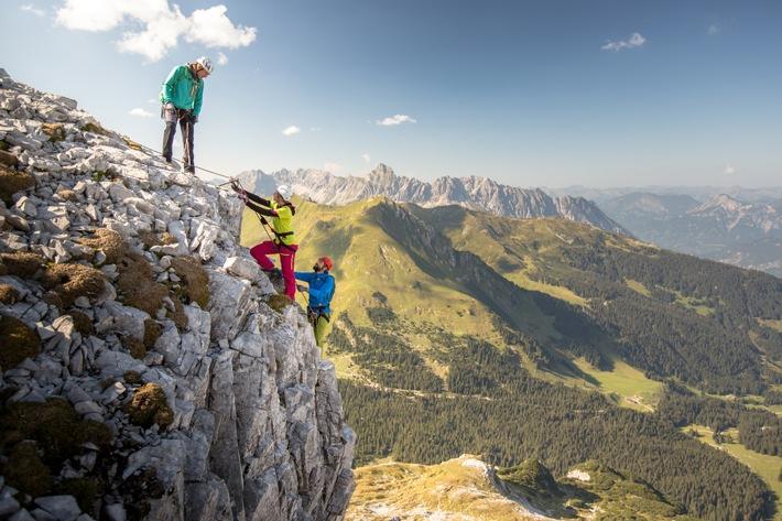 BILD zu OTS - Wunderbare Klettersteig-Tour im Rätikon, Klettersteig Gauablickhöhle, im Hintergrund: Vandanser Steinwand mit Zimba