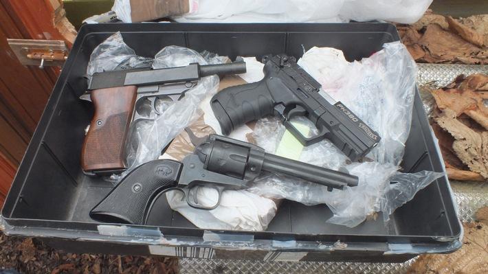 die sichergestellten Waffen - eine Walter PK 380 (Umbau zu einer scharfen Schusswaffe), eine Walter P 38 und ein Revolver