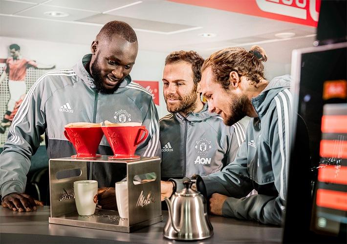 Romelu Lukaku, Juan Mata und Daley Blind bereiten ihren eigenen handgefilterten Melitta Kaffee zu.