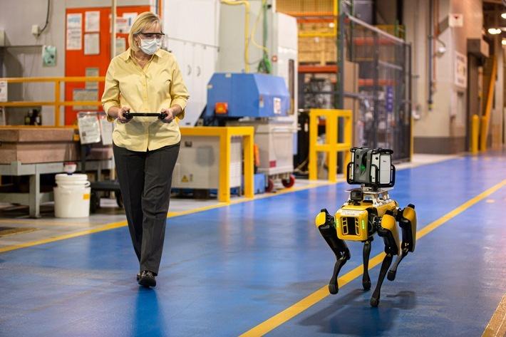 """Vierbeiniger Roboter bei Ford im Einsatz, um Produktionsanlagen zu scannen / Ford experimentiert mit vierbeinigen Robotern für den Einsatz in schwer zugänglichen Fabrikbereichen. Weiterer Text über ots und www.presseportal.de/nr/6955 / Die Verwendung dieses Bildes ist für redaktionelle Zwecke honorarfrei. Veröffentlichung bitte unter Quellenangabe: """"obs/Ford-Werke GmbH"""""""