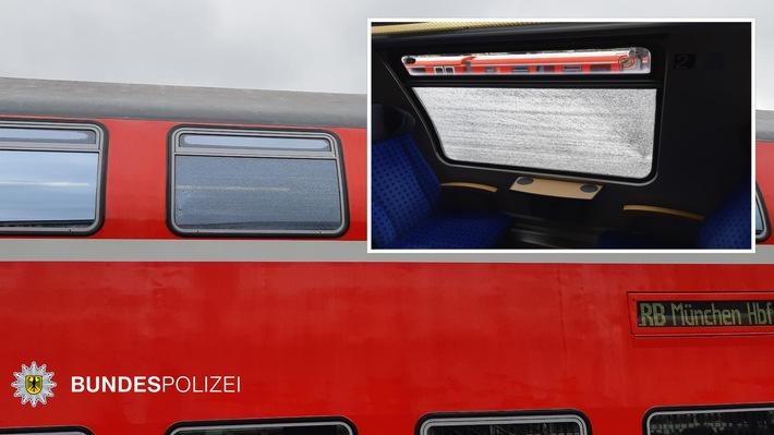 Immer wieder werden Würfe von Steinen oder anderen Gegenständen gegen Züge gemeldet. Oft deswegen von der Bundespolizei strafrechtliche Ermittlungen wegen gefährlichen Eingriffs in den Bahnverkehr eingeleitet. Am Donnerstagmorgen (16. Mai) war ein Steinwurf, vielleicht sogar ein Beschuss eines Regionalzuges gemeldet worden. Am Ende war es 'nur' eine Materialermüdung.