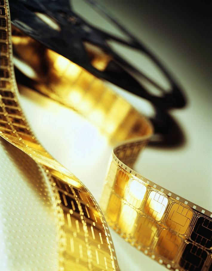 Auf Chipkarten könnten in naher Zukunft die goldenen Gehäuse und damit der Chip darunter mit Hilfe einer Spezialbeschichtung ...