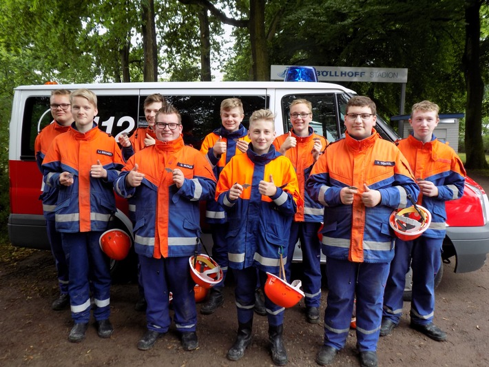 FW-OE: 9 Jugendfeuerwehrmitglieder bestehen Leistungsspange in Bielefeld