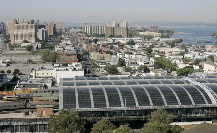 """2.800 Dünnschichtmodule von SCHOTT Solar bilden das Solardach der New Yorker Metrostation """"Stillwell Avenue Station"""". Sie ist die weltweit größte gebäudeintegrierte PV-Solarstromanlage mit Dünnschichtmodulen. Die Verwendung dieses Bildes ist für redaktionelle Zwecke honorarfrei. Abdruck bitte unter Quellenangabe: """"obs/Schott AG"""""""