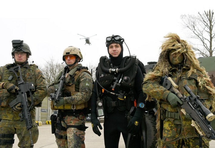 Je ein Soldat der Marineinfanterie, Bordeinsatz-, Minentaucher- und Aufklaerungskompanie (v.l.) stehen am 01.04.2014 in Eckernfoerde (Schleswig-Holstein) beim Aufstellungsappell des neuen Seebataillons der Marine. In der rund 800-Mann starken Einheit werden kuenftig Marineschutzkraefte, Minentaucher und Boarding-Soldaten zusammengefasst.