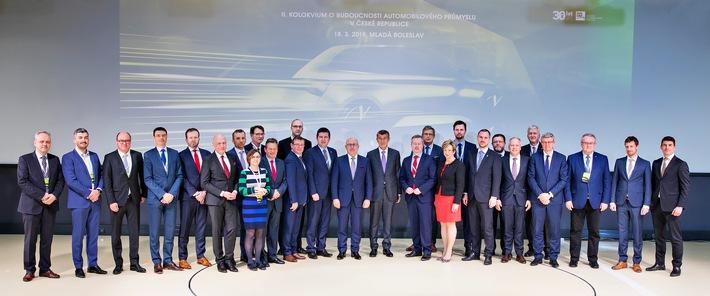 Zweites Kolloquium zum ,Zukunftspakt für die tschechische Automobilindustrie' bei SKODA AUTO in Mladá Boleslav / Zweites Kolloquium zum ,Zukunftspakt für die tschechische Automobililindustrie' bei SKODA AUTO in Mladá Boleslav. Auf Einladung des Verbandes AutoSAP kamen Ministerpräsident Andrej Babis und weitere hochrangige Mitglieder der tschechischen Regierung mit dem SKODA AUTO Vorstandsvorsitzenden Bernhard Maier und weiteren Vertretern des Automobilherstellers zusammen. Gemeinsam mit Gewerkschaftsvertretern, Repräsentanten aus dem Automobil-, Energie- und Telekommunikationssektor, Experten aus dem Ausland sowie Vertretern von Gemeinden, akademischen Einrichtungen und Forschungsinstituten diskutierten sie die Ergebnisse bei der Umsetzung eines Aktionsplans zur Zukunft der Automobilindustrie in Tschechien. Weiterer Text über ots und www.presseportal.de/nr/28249 / Die Verwendung dieses Bildes ist für redaktionelle Zwecke honorarfrei. Veröffentlichung bitte unter Quellenangabe: 'obs/Skoda Auto Deutschland GmbH'