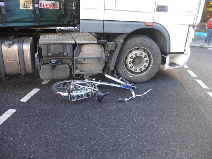 POL-DN: Fahrradfahrer von LKW erfasst