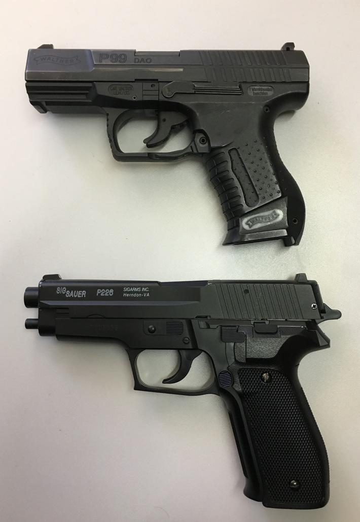 Foto: Polizei Münster. Das Bild zeigt die sichergestellte Anscheinswaffe (unten) und im Vergleich die Dienstpistole der Polizei (oben). Veröffentlichung mit dieser Pressemitteilung honorarfrei.