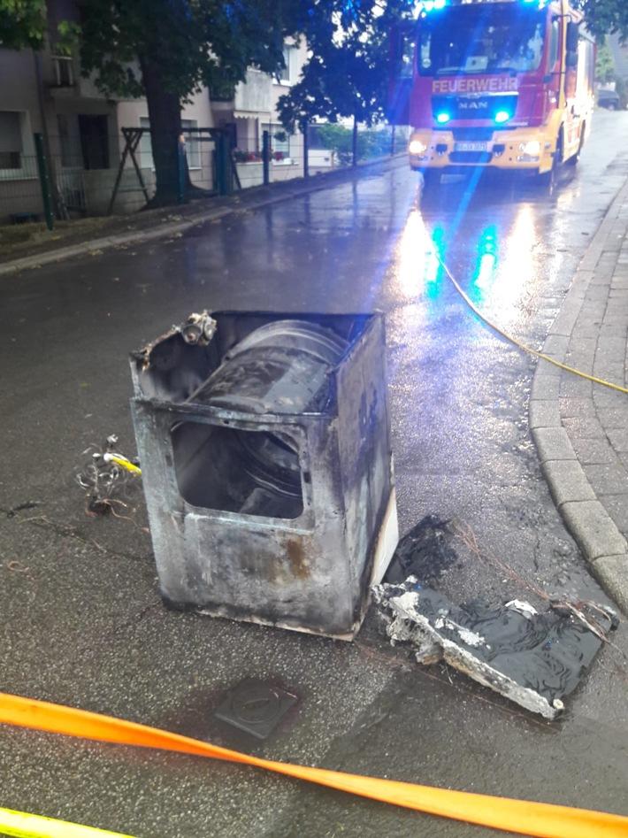 Foto: Feuerwehr Bochum  Das Foto zeigt den Trockner nachdem er abgelöscht und aus dem Gebäude gebracht wurde.