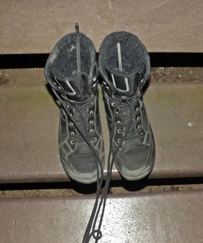 aufgefundene Stiefel in denen sich die Kufenschoner befinden