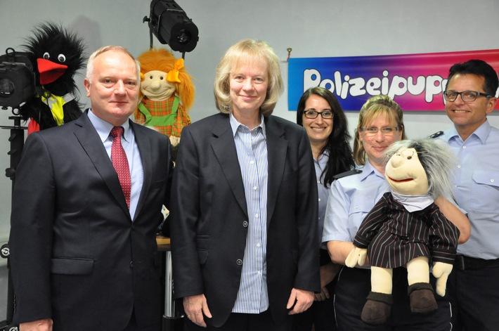 von links: Michael Denne (Polizeipräsident), Dr. Eva Niebergall-Walter (Landesverkehrswacht Rheinland-Pfalz), Melanie Paul, Claudia Bauspieß (Polizeipuppenbühne) und Axel Emser (Beratungszentrum der Polizei)
