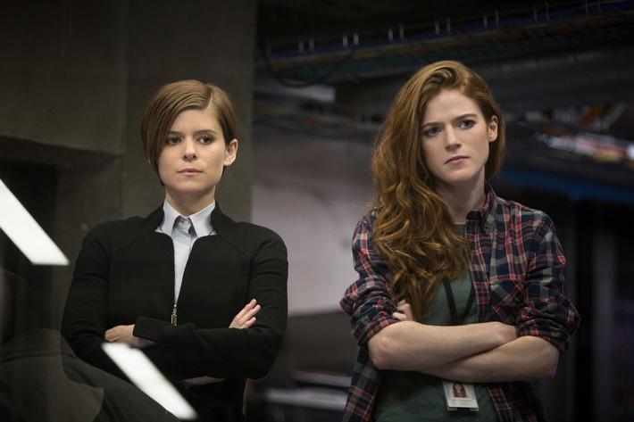 """Packendes Regiedebüt von Ridley Scotts Sohn Luke: Risikomanagerin Lee Weathers (Kate Mara, links) wird zu einem geheimen Labor geschickt, um dort einen Zwischenfall zu untersuchen. Es scheint so, als hätten die Wissenschaftler (u.a. """"Game of Thrones""""- Star Rose Leslie, rechts) die Kontrolle über ihr Forschungsprojekt Morgan (Anya Taylor-Joy), eine künstliche Intelligenz in Form eines jungen Mädchens, verloren ... ProSieben zeigt """"Das Morgan Projekt"""" am Sonntag, 21. Oktober 2018, um 23:05 Uhr zum ersten Mal im Free-TV. © 2016 Twentieth Century Fox Film Corporation. All rights reserved./Aidan Monaghan. Dieses Bild darf bis 21.10.2018 honorarfrei für redaktionelle Zwecke und nur im Rahmen der Programmankündigung verwendet werden. Spätere Veröffentlichungen sind nur nach Rücksprache und ausdrücklicher Genehmigung der ProSiebenSat1 TV Deutschland GmbH möglich. Verwendung nur mit vollständigem Copyrightvermerk. Das Foto darf nicht verändert, bearbeitet und nur im Ganzen verwendet werden. Nicht für EPG und Social Media! Es darf nicht archiviert werden. Es darf nicht an Dritte weitergeleitet werden. Bei Fragen: 089/9507-7299. Voraussetzung für die Verwendung dieser Programmdaten ist die Zustimmung zu den Allgemeinen Geschäftsbedingungen der Presselounges der Sender der ProSiebenSat.1 Media SE."""