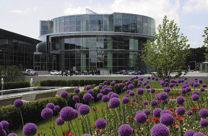 """Das """"museum mobile"""" im Audi Forum Ingolstadt erhielt heute (26. 10.01) in Essen den """"red dot:grand prix"""", die höchste Designauszeichnung des Design Zentrums Nordrhein Westfalen."""