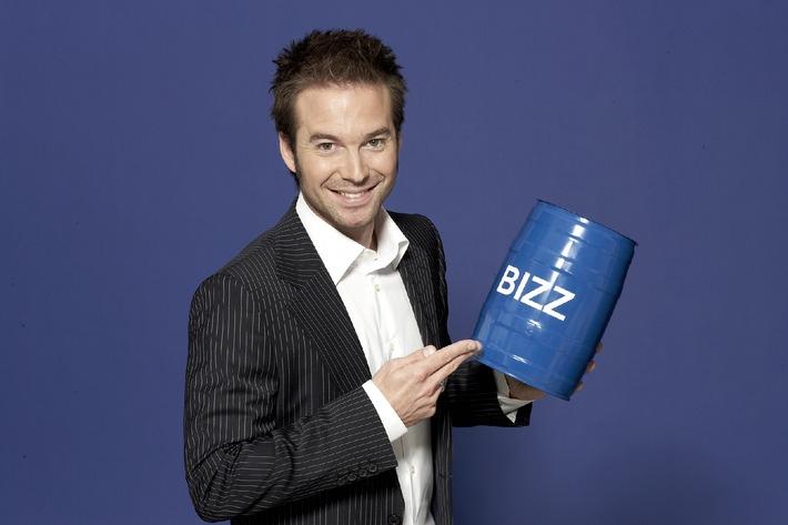 """Diesen Dienstag, 13. Juni 2006, startet """"BIZZ"""", das Service- und Lifestyle-Magazin, um 23.15 Uhr neu bei kabel eins. Sebastian Höffner (31) moderiert das Format, das mit neuen Rubriken wie spannenden Job-Portraits, dem """"24-Stunden-Tuning"""" oder den """"BIZZ Top 5""""-Tipps über Produkte, Infos für den Geldbeutel oder Trends, aufwartet. Wieder dabei: das """"Fass ohne Boden"""", der Anti-Preis für gnadenlose Abzocke. © kabel eins / Gert Krautbauer"""
