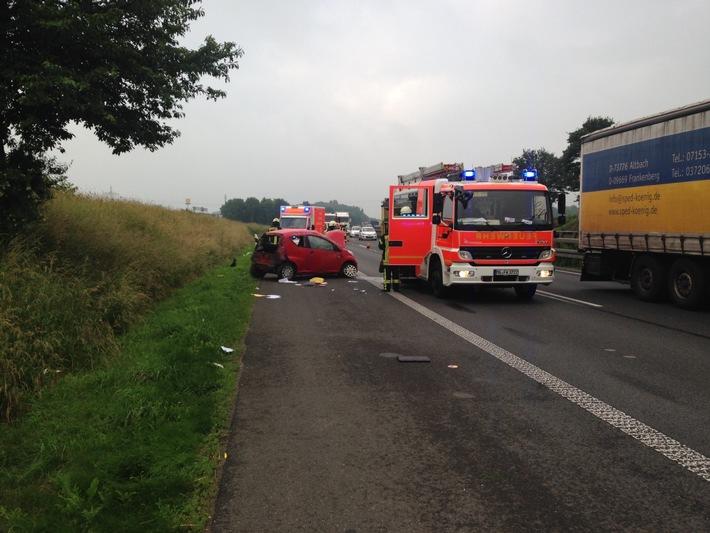 FW-MG: Schwerer Verkehrsunfall, Fahrerin aus Fahrzeug geschleudert